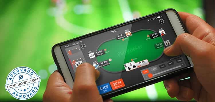 pessoa jogando poker online