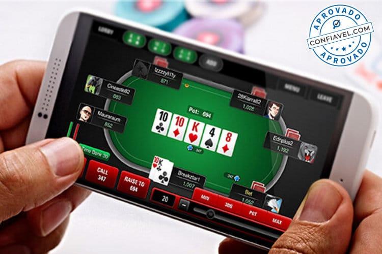 jogador acessando pokerstars no celular