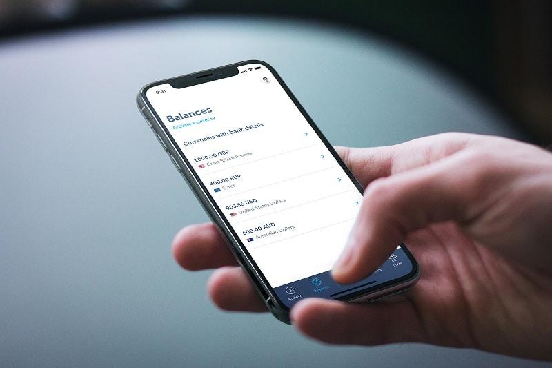 imagem de uma pessoa conferindo o saldo no TransferWise app
