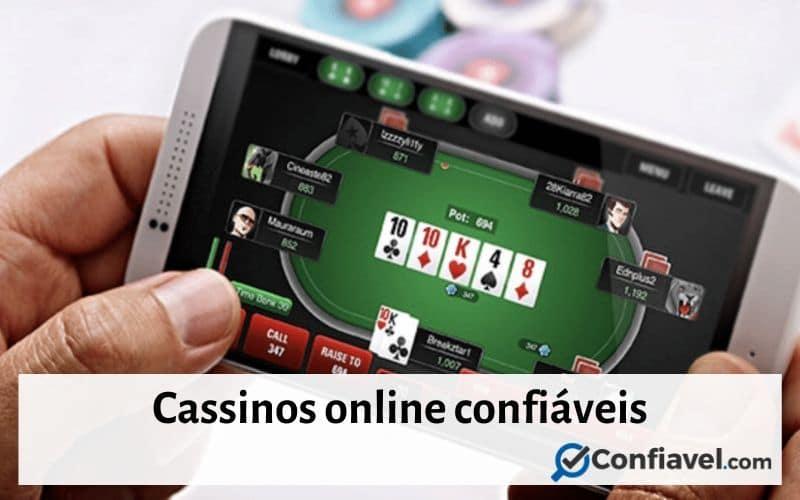 """Imagem com um jogador segurando um celular no site de um cassino online - """"Cassinos online confiáveis"""""""